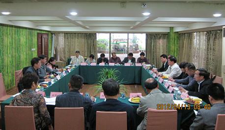 考察团听取贵州省农委领导作十大助农增收经验介绍