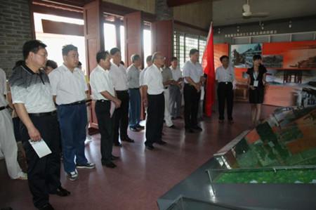 党员参观右江工农民主政府旧址展示大厅