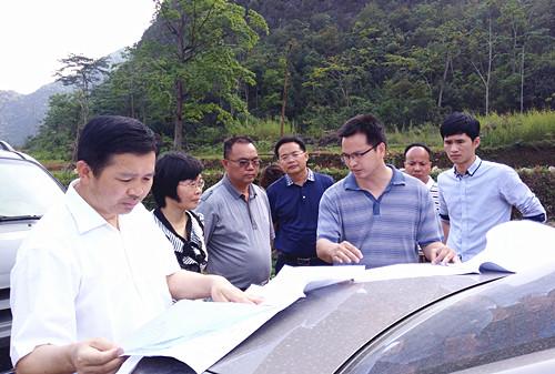 靖西市人大常委会领导到新甲乡检查指导代表建议项目建设
