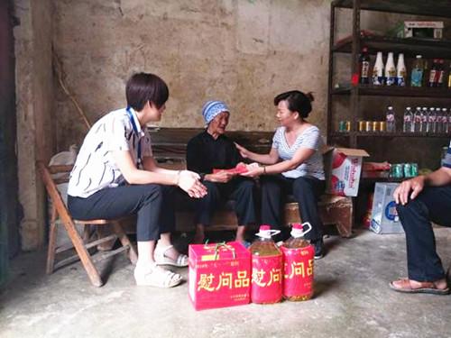 靖西市人大常委会副主任梁俊杰到大偕村开展慰问党员活动