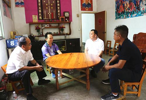 黄绍伟走访慰问优秀教师和困难教师