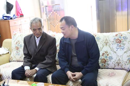 黄绍伟重阳节前夕慰问老干部和高龄老人