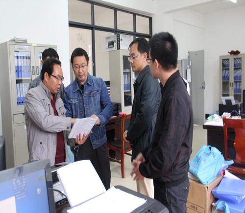 覃纪腾到八渡瑶族乡检查指导基本医疗保障专项行动工作