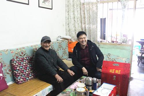韦世光在县城开展慰问离休干部和困难职工活动