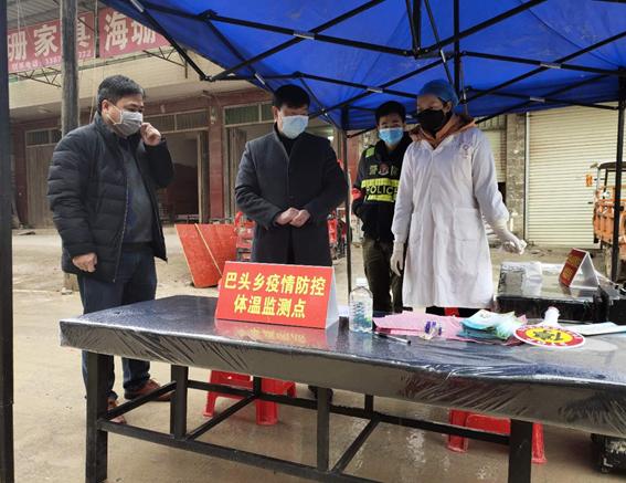 何昌义副主任督导巴头乡各重要交通路口监测点疫情防控工作