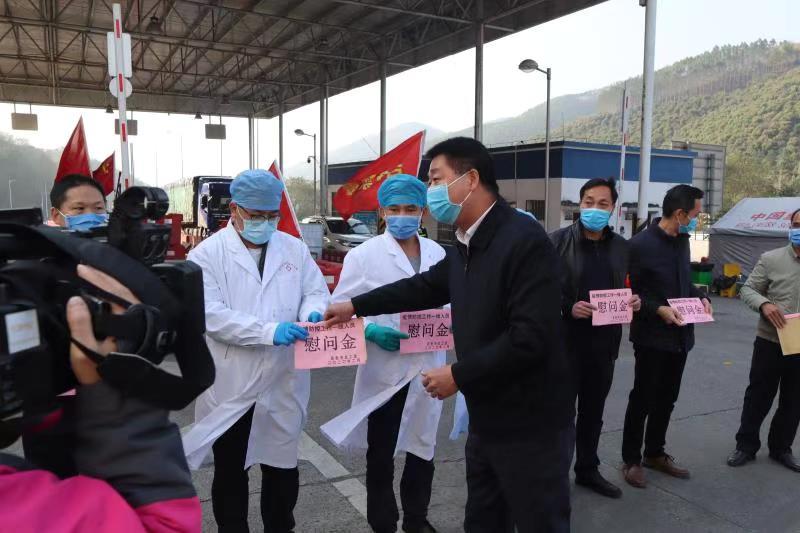 黄瑞琼到阳圩镇罗村口高速路口检查指导疫情防控工作
