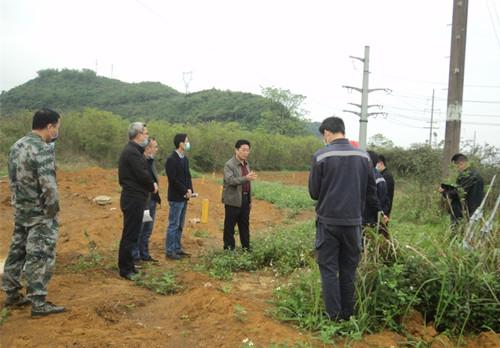 廖忠生到平果县果化镇路网工程项目现场召开推进工作协调会