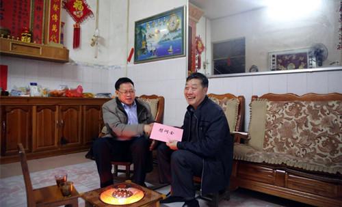 凌云县人大常委会领导班子开展走访慰问人大机关退休干部活动